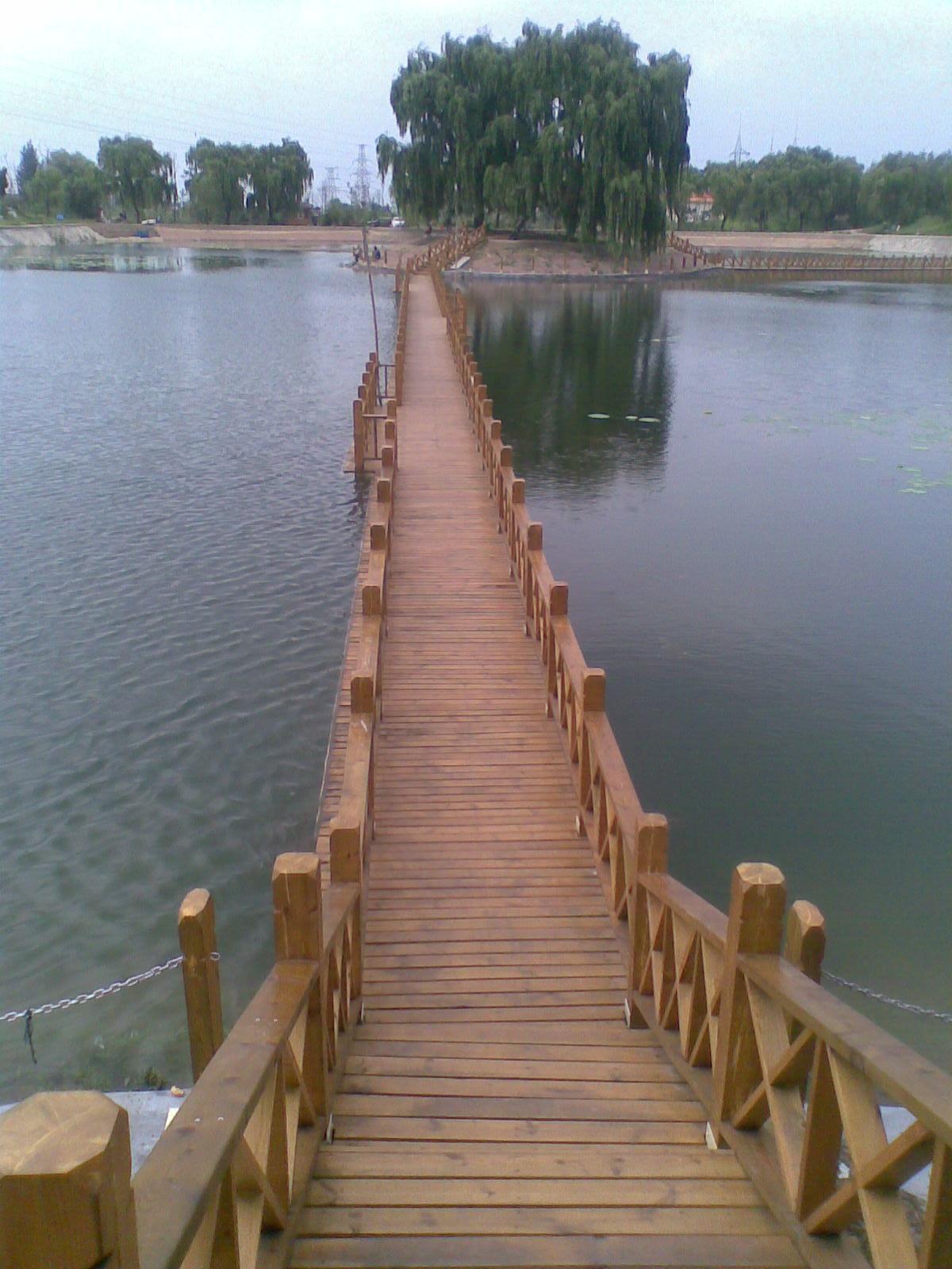 Anticorrosive wooden pontoon bridge